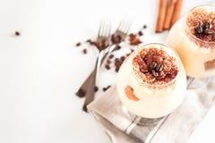Wyśmienity Włoski deserowy tiramisu w koniaków szkłach na bielu Zdjęcie Royalty Free