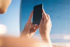 Wyśmiewa up dziewczyna robi fotografii na jej smartphone Zdjęcie Stock