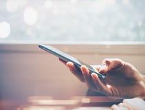 Wyśmiewa up mężczyzna używa mądrze telefon w podróży Obraz Stock