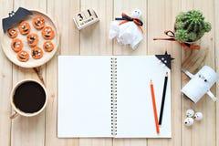 Wyśmiewa up otwarty notatnik, papierowi rzemiosła, sześcianu kalendarz, piec na grillu marchewki z straszną twarzą i filiżanka, Obrazy Stock