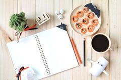Wyśmiewa up otwarty notatnik, papierowi rzemiosła, sześcianu kalendarz, piec na grillu marchewki z straszną twarzą i filiżanka, Obraz Stock
