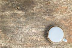 Wyśmiewa w górę gorącej kawy na drewnianym z kopii przestrzenią Odgórnego kąta widok Obraz Royalty Free
