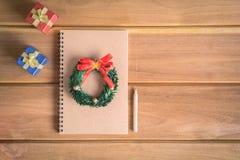 wyśmiewa w górę książkowych prezentów i zabawek na drewnianych deskach Obrazy Royalty Free