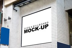 Wyśmiewa w górę reklamowych sztandarów na ceramicznej ścianie budynek Zdjęcie Stock