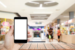 Wyśmiewa w górę wizerunku trzyma czarnego telefon komórkowego z pustym bielu ekranem ręka Obrazy Stock
