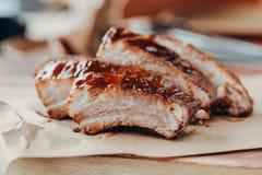 Wy?mienicie barbecued ziobro przyprawiali z korzennym fastrygowanie kumberlandem zdjęcie stock