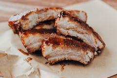 Wy?mienicie barbecued ziobro przyprawiali z korzennym fastrygowanie kumberlandem zdjęcia royalty free