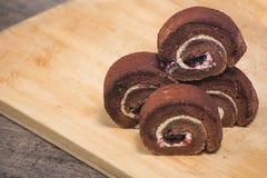 Wyśmienicie czekoladowa rolka w talerzu na drewnianej deski tle Fotografia Royalty Free