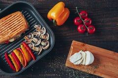 Wyśmienicie griled panini kanapka z pieczarkami, serem, pieprzem i pomidorem, Obrazy Stock