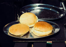 Wyśmienicie hamburgeru lub kanapki chleb na tacy Zdjęcie Royalty Free