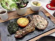 Wyśmienicie karmowy stek Serw naczynia na specjalnych talerzach obrazy royalty free