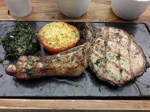 Wyśmienicie karmowy stek Serw naczynia na specjalnych talerzach zdjęcie stock