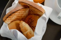 Wy?mienicie na ranku ?wie?ego chleba porcja dla ?niadania zdjęcia royalty free