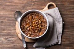 Wy?mienicie oatmeal w bia?ym pucharze, dat owoc i kakao, Zdrowy ?niadanie na drewnianym tle fotografia stock