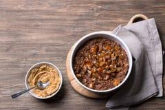 Wy?mienicie oatmeal w bia?ym pucharze, dat owoc i kakao, Zdrowy ?niadanie na drewnianym tle zdjęcie stock