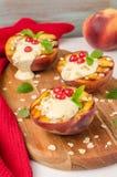 Wyśmienicie piec na grillu brzoskwinie deserowe z jogurtem, agresty i Zdjęcia Royalty Free
