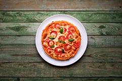 Wyśmienicie pizza z serem na bielu talerzu Pizza na drewno stole Zdjęcie Stock