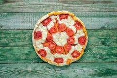 Wyśmienicie pizzy margarita na zielonym stole Odgórny widok Obraz Stock