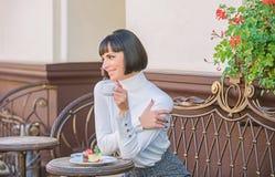 Wy?mienicie smakosza tort Dziewczyna relaksuje kawiarni z tortowym deserem Wy?mienity poj?cie Kobiety atrakcyjna elegancka brunet fotografia royalty free
