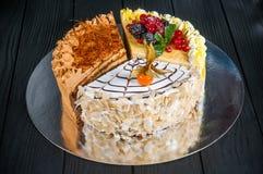 Wyśmienicie tort na drewnianym czarnym tle Obraz Royalty Free