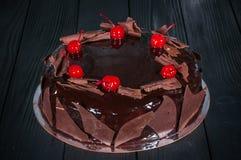 Wyśmienicie tort na drewnianym czarnym tle Zdjęcie Royalty Free