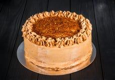 Wyśmienicie tort na drewnianym czarnym tle Zdjęcia Stock