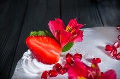 Wyśmienicie tort na drewnianym czarnym tle Fotografia Royalty Free
