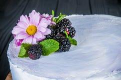 Wyśmienicie tort na drewnianym czarnym tle Zdjęcia Royalty Free