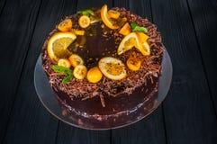 Wyśmienicie tort na drewnianym czarnym tle Obrazy Royalty Free