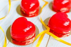 Wyśmienicie torty w postaci glansowanych czerwonych serc Zdjęcie Stock