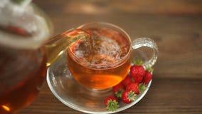 wy?mienicie zielona herbata w pi?knym szklanym pucharze na stole zbiory wideo