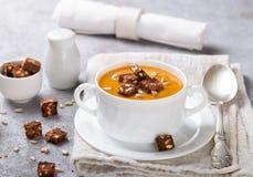 Wyśmienita marchewki lub bani polewka z croutons Obrazy Royalty Free