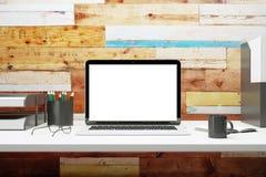Wyśmiewa up pusty laptop na biurku zdjęcia stock