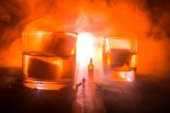 Wybór alkoholiczni napoje na nieociosanym drewnianym tle Kreatywnie grafiki dekoracja obraz stock