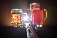 Wybór alkoholiczni napoje na nieociosanym drewnianym tle Kreatywnie grafiki dekoracja zdjęcie royalty free