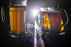 Wybór alkoholiczni napoje na nieociosanym drewnianym tle Kreatywnie grafiki dekoracja zdjęcie stock