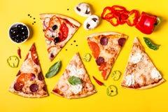Wybór Asortowana kawałek pizza na żółtym tle i składnikach Pepperoni, jarosza i owoce morza pizza, obraz royalty free