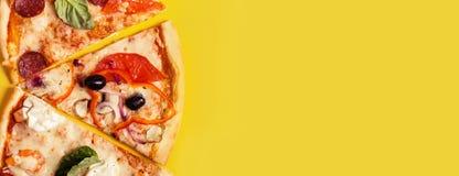 Wybór Asortowana kawałek pizza na żółtym tle Pepperoni, jarosza i owoce morza pizza, zdjęcie stock