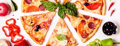 Wybór Asortowana kawałek pizza na białych składnikach i tle Pepperoni, jarosza i owoce morza pizza, zdjęcia royalty free