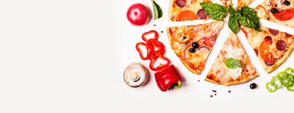 Wybór Asortowana kawałek pizza na białych składnikach i tle Pepperoni, jarosza i owoce morza pizza, obrazy royalty free