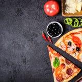 Wybór Asortowana kawałek pizza na czarnych składnikach i tle Pepperoni, jarosza i owoce morza pizza, zdjęcia stock