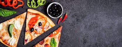 Wybór Asortowana kawałek pizza na czarnych składnikach i tle Pepperoni, jarosza i owoce morza pizza, zdjęcia royalty free