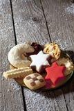 Wybór bożych narodzeń ciastka na talerzu na drewnianej podłoga obraz stock