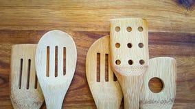 Wybór drewniani kucharstw narzędzia na tnącej desce Zdjęcia Royalty Free