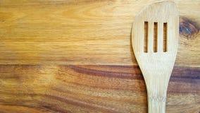 Wybór drewniani kucharstw narzędzia na tnącej desce obrazy stock