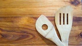 Wybór drewniani kucharstw narzędzia na tnącej desce zdjęcia stock