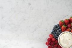 Wybór jagody i śmietanka od Above Zdjęcia Stock