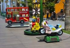 Wybór kolorowy elektryczny zasilany siedzi na przejażdżkach dla niemowlaków i berbeci w rozrywkowym centre w lokalnym zakupy cent fotografia stock