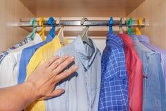 Wybór koszula w szafie Zdjęcia Royalty Free