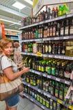 Wybór oliwa z oliwek w Plodine supermarkecie croatia novigrad obraz stock